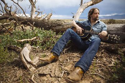 Hayes Carll Tells Stories That Reflect The World Around Him