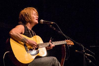 Shawn Colvin Goes Acoustic With 'Steady On'